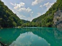 Het meer met lichtgevend azuurblauw-gekleurd water Groen en rotsen De Meren van Plitvice, Kroatië stock foto's