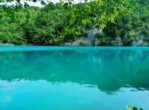 Het meer met lichtgevend azuurblauw-gekleurd water Groen en rotsen De Meren van Plitvice, Kroatië stock foto