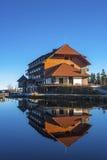 Het meer Mummelsee en het berghotel in Seebach royalty-vrije stock foto's