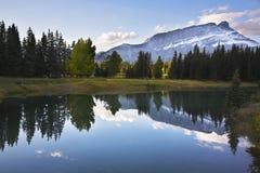 Het meer in noordelijk Canada. Zonsopgang Stock Foto's