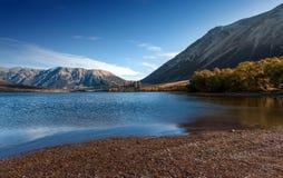 Het meer Pearson/Moana Rua Wildlife Refuge bepaalde van in Craigieburn Forest Park in het gebied van Canterbury, Zuideneiland de  Royalty-vrije Stock Foto