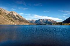 Het meer Pearson/Moana Rua Wildlife Refuge bepaalde van in Craigieburn Forest Park in het gebied van Canterbury, Zuideneiland de  Stock Afbeeldingen