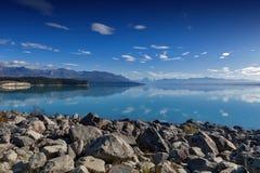 Het meer Pukaki door de Tasman-Rivier, Aoraki wordt gevoed/zet Cook in Zuideneiland op Nieuw Zeeland dat stock foto's