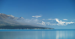 Het meer Pukaki en zet Cook op Stock Afbeeldingen