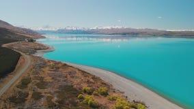 Het meer Pukaki, zet Cook met blauwe hemel met en sneeuw op behandelde Zuidelijke Alpen, Nieuw Zeeland stock video