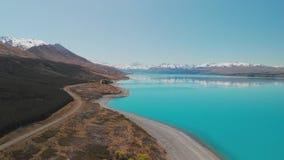 Het meer Pukaki, zet Cook met blauwe hemel met en sneeuw op behandelde Zuidelijke Alpen, Nieuw Zeeland stock videobeelden