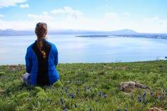 Het meer Sevan is de grootste watermassa in Armeni? en in het gebied van de Kaukasus Blauwe uitgestrektheden van water, bergen, e royalty-vrije stock afbeeldingen