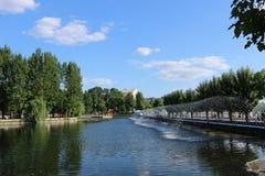 Het meer in het stadspark in de zomer stock afbeelding