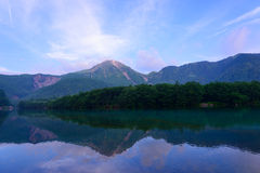 Het meer Taisho en zet Yake in Kamikochi, Nagano, Japan op Royalty-vrije Stock Foto