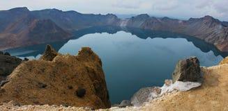 Het meer Tianchi in de krater van de vulkaan. Stock Foto's
