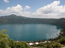 Het meer van Albano dat van Castel Gandolfo wordt gezien royalty-vrije stock afbeeldingen