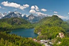 Het meer van Alpsee en kasteel Hohenschwangau stock foto