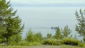 Het Meer van Baikal in de zomer Mooi landschap, bergen, bos, schip stock videobeelden
