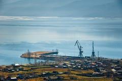 Het meer van Baikal, die de stad van Kultuk, Rusland overzien Royalty-vrije Stock Afbeelding