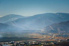 Het meer van Baikal, die de stad van Kultuk, Rusland overzien Stock Fotografie