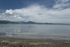 Het meer van Bracciano, Lazio, Italië Stock Afbeeldingen