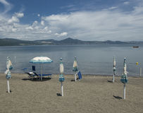 Het meer van Bracciano, Lazio, Italië Stock Foto's