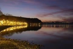 Het meer van Bracciano na zonsondergang Stock Foto