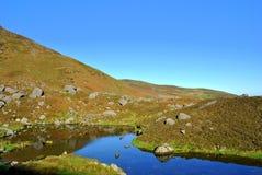 Het meer van Coumshingaun van Corrie. Ierland. Stock Foto
