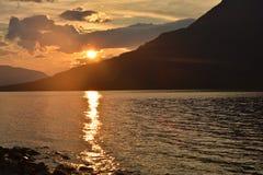 Het meer van de berg bij zonsondergang royalty-vrije stock afbeeldingen