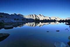 Het meer van de berg bij zonsopgang Royalty-vrije Stock Foto's