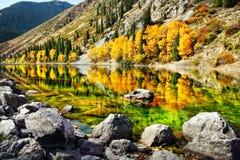 Het meer van de berg in de herfst royalty-vrije stock foto's