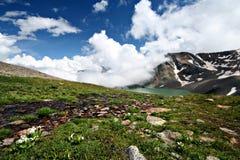 Het meer van de berg, hemel Caucasus.Blue met witte wolken. Stock Fotografie
