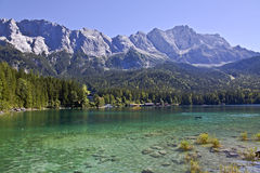 Het meer van de berg met massief stock fotografie