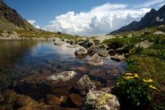 Het meer van de berg met mening onder oppervlakte Stock Fotografie