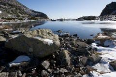 Het meer van de berg op horizon Royalty-vrije Stock Afbeeldingen