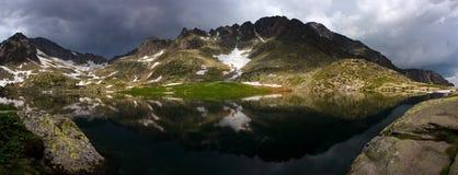 Het meer van de berg vóór onweer Royalty-vrije Stock Afbeeldingen