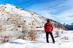 Het Meer van de Berg van de Winter van de wandelaar Royalty-vrije Stock Foto