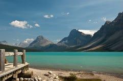Het Meer van de boog bij Icefield Brede rijweg met mooi aangelegd landschap, Alberta, Canada Stock Fotografie