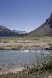 Het meer van de boog en ijzig water in Canadese rockies royalty-vrije stock afbeelding