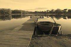 Het meer van de boot aan wal Royalty-vrije Stock Afbeeldingen