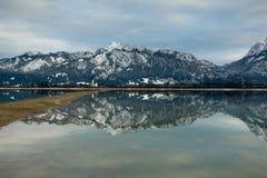 Het meer van de gletsjer met het omringen van bergen Royalty-vrije Stock Afbeelding