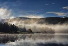Het meer van de herfst in mist Royalty-vrije Stock Afbeeldingen