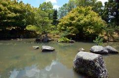 Het meer van de Japanse Tuin in Hamilton Gardens - Nieuw Zeeland Stock Afbeeldingen