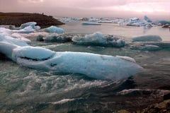 Het meer van de Jokulsarlongletsjer en icefloat op de rivier Stock Foto