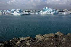 Het meer van de Jokulsarlongletsjer en icefloat op de rivier Stock Afbeelding