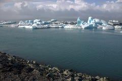 Het meer van de Jokulsarlongletsjer en icefloat op de rivier Stock Fotografie