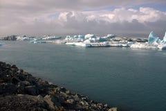Het meer van de Jokulsarlongletsjer en icefloat op de rivier Stock Afbeeldingen