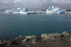 Het meer van de Jokulsarlongletsjer en icefloat op de rivier Royalty-vrije Stock Fotografie