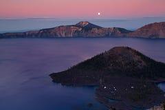 Het meer van de krater bij zonsondergang Stock Foto
