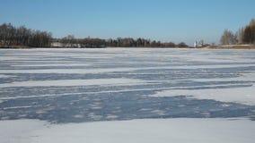 Het meer van de landschapswinter stock video