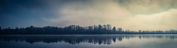 Het meer van de mistdaling in Kyiv, de Oekraïne 2018 stock afbeeldingen