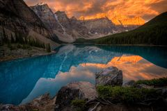 Het Meer van de morene bij zonsopgang stock foto's