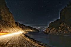 Het Meer van de sterrenberg bij nacht Royalty-vrije Stock Afbeelding