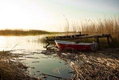 Het meer van de vissersbootzonsondergang Stock Afbeelding