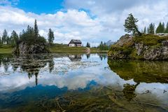 Het meer van de zomerfedera met Dolomiet bereikt, Cortina D ` Ampezzo, Dolomiet, Italië een hoogtepunt stock foto's